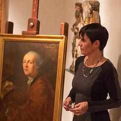 Die Autorin vor einen frühen Selbstporträt Zoffanys im Historischen Museum Regensburg