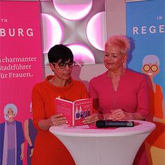 Carola Kupfer und Karin van Tholen bei der Buchpräsentation von In Love with Regensburg. Foto Michael Koob