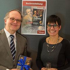 Dr. Hermann Reidel (Leiter der Bischöflichen Museeen in Regensburg und Zoffany-Kenner) und Carola Kupfer bei der Buchpräsentation
