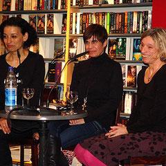 """Drei Krimi-Autorinnen bei der Buchpräsentation von """"Regensburger Requiem"""": Tatjana Kruse, Carola Kupfer und Barbara Krohn"""