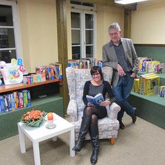 Carola Kupfer und Wolfgang Schroeck-Schmidt beim Leseabend in der Bücherei Oftersheim