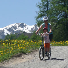 Trottinettfahrt von der Motta Naluns nach Scuol