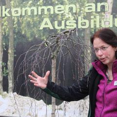 Karin Wilp in ihrem Element - der überbetrieblichen Ausbildung für angehende Gärtner