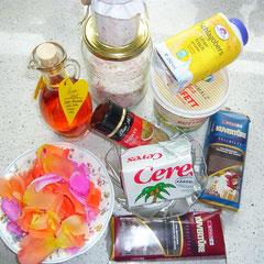 zutaten: vollmilchkuvertüre, bitterkuvertüre, sahne, butterschmalz, kokosfett, rosensirup, ingwerpulver, rosenblütenzucker