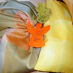 und zusätzlich gibt es noch ein geschenkssäckchen aus stoff, das wiederum weiterverwendet werden kann!