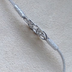 Silberdraht-Armbänder schmiegen sich flach an, wenn das Silber körperwarm wird. 999er Silber. i-must-have.it