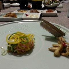 野菜を練り込んだ手打ち麺はゴマをきかせたピリ辛だれで。