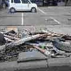 道路わきの瓦礫