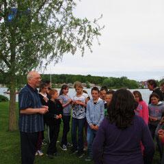 le groupe scolaire en détente sur le bord du lac de l'Ailette
