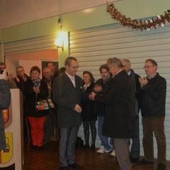 Mr Grégory LABILLE conseiller général et Maire de Ham remet la médaille à Mr Marc RIGAUX