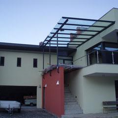 Vordach aus einer T-Stahlkonstuktion