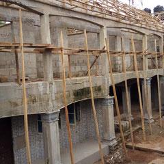 juni 2016: Er wordt al aan het dak van de leslokalen gewerkt.