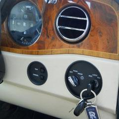 Rolls Royce Silver Spur II. Wurzelholzarmaturenbrett mit Leder bezogen.