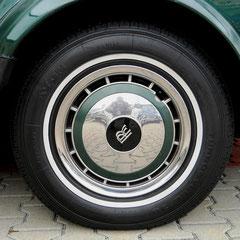 Rolls Royce Silver Spur II. Königlich sind auch die Leichtmetallräder mit Weisswandreifen.