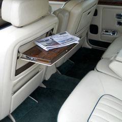 Rolls Royce Silver Spur II, extra lange u. äußerst bequeme Rücksitzbank.