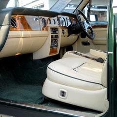 Rolly Royce Silver Spur II, Volllederausstattung: creme mit grünem Keder