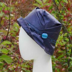 Stormy : Façon trilby à plis,  en toile enduite et bouton bayadère, doublure coton