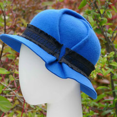 Laura : feutre de laine travaillé avec plis, bord légèrement incliné et ruban fantaisie