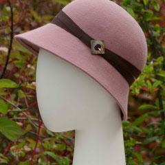 Rose trémière : Cloche en feutre de laine et boucle de nacre ancienne