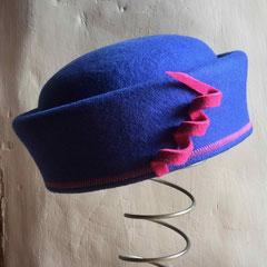 Iroise : Toque en feutre de laine bleu Klein, décoration feutre de laine rose bonbon moucheté