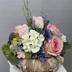 Композиции из искусственных цветов в корзине боковская