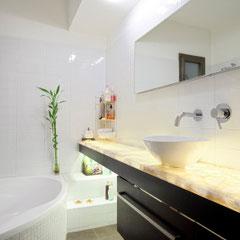 modernes Bad mit Lichtdesign zum Wohlfühlen