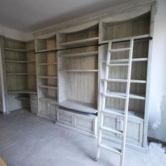 Libreria in legno tamburato. Finitura anticata.