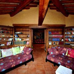 Libreria su due lati in noce canaletto.