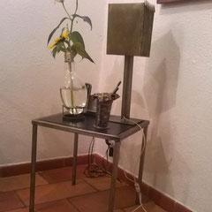 Ensemble de création - table, lampe, porte-crayon et vase