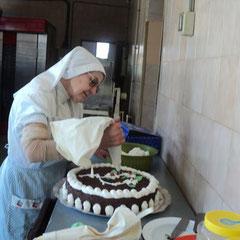 Dando el último toque a una tarta de chocolate