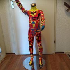 Etalagepop 8-jarige, rood-geel-zwart-blauw op rvs voet € 159