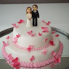 Rosa Schmettelinge Hochzeitstorte mit Brautpaar aus Zucker