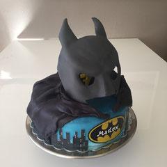 Batman Geburstagstorte, von der Seite sieht man die Nummer 7 im Auge.