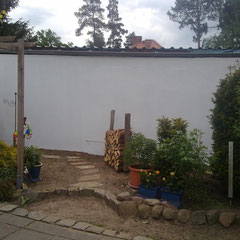 Ein Wunsch meines Kunden:  Der kleine Garten soll optisch größer werden. Weg und Holzstoß sollen dabei im Wandbild weitergehen.