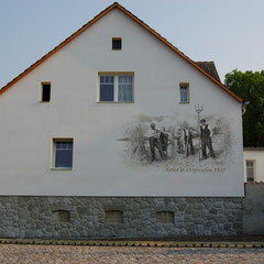fertiges Wandbild in monochromer Malweise, Bauern auf dem Feld bei der Ernte