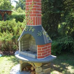 Gartenkamin in der Endphase  sieht nun aus, wie das Haus daneben und wirkt nicht mehr wie ein Fremdkörper.