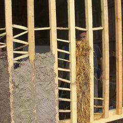 Bauge de torchis (construction écologique des murs). Le torchis est de la boue mélangée à de la paille.