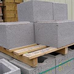Parpaings  de béton utilisés pour la construction de murs.