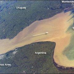 Estuaire du Rio Plata en Urugay la couleur marron correspond à la grande quantité de sédiments qui parvient jusqu'à l'estuaire et s'y dépose peu à peu.