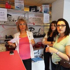 Pearl Team Mitglied Eva Molnar berät Pearl Day Besucherinnen