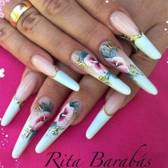 Rita Barabas zeichnet im Pearl Nails and More filigrane Details in die Nailart mit Kolinsky Nailart Pinseln