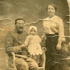 Henri Cyne, sa femme Marie et leur fille Georgette lors d'une permission (Coll. RIBOULET).