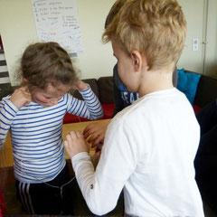 Experimente in den Ferien: Ein kleinen Metallkleiderhaken klingt wie ein Gong!