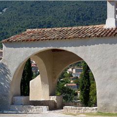 """Au loin le village de Seillans, un des """"Plus beaux villages de France"""""""