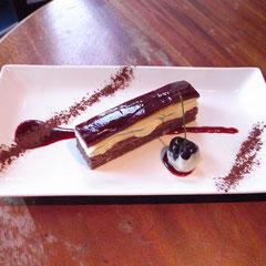 ヘーゼルナッツのクリームチーズケーキ。トップはブラックチェリーのゼリー。