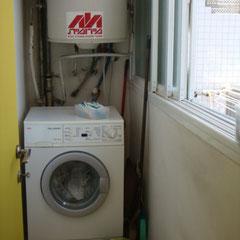 Buanderie avec lave-linge et étendoir à lessive