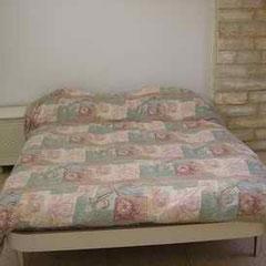 2ème lit double dans un coin séparé du séjour