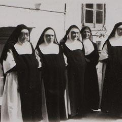 Madre Scolastica con un gruppo di Monache e Suor Maria Minima a Barletta nel 1953