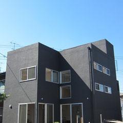 黒い外壁の3階建てです