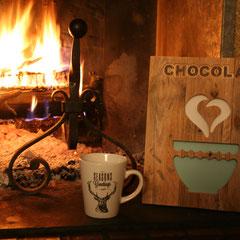 """Tableau déco réalisé à la CNC avec gravure du mot """"Chocolat"""" et découpes du bol et de la flamme forme cœur"""